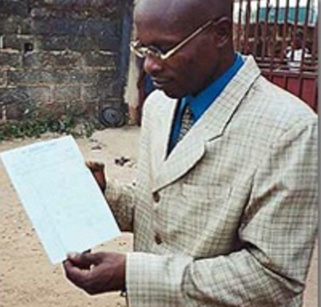 Pastor Daniel Ekechukwu med sin egen dødsattest, som fastslår, at han døde den 30. november kl. 23.30. Men den 2. december kl. 17.30 kom han til live igen.